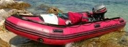 rubberboot met buitenboordmotor