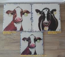 Te koop drie afbeeldingen van koeien op canvas en hout.