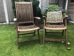 Twee verstelbare hardhouten tuinstoelen