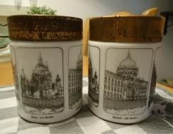 Twee oude voorraadpotten van opal glas (afbeelding: Berlijn…