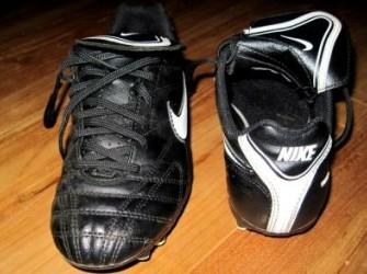 Zo goed als nieuwe Nike voetbalschoenen mt 35