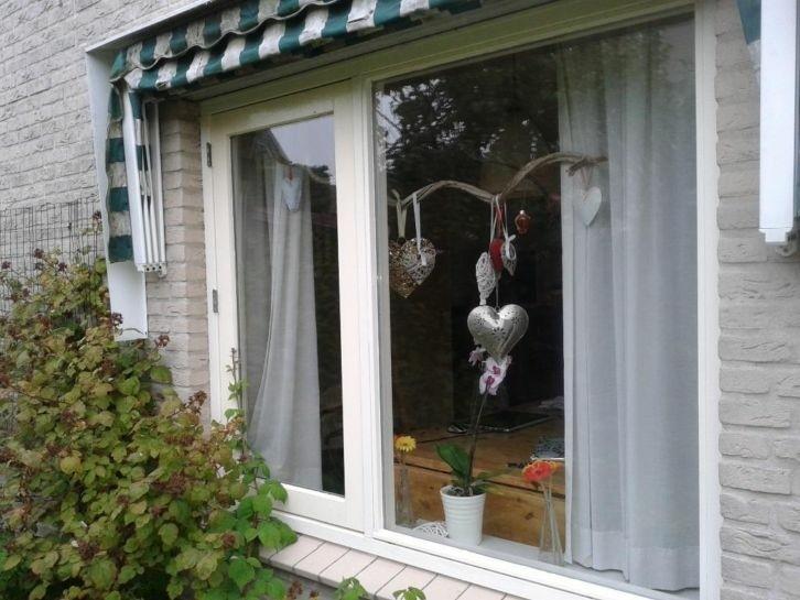 hard houten kozijn met dubbel glas en openslaand raam