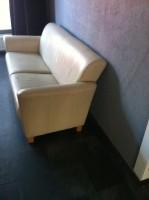 Echt leren bank +  2 bijhorende stoelen.