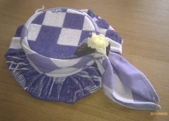 kleine hoed gemaakt van handdoek/theedoek