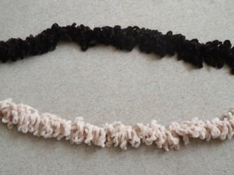 Te koop twee nieuwe sjaals (beige en bruin; lengte 160 cm).
