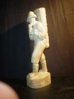 houten beeldje duitse wijnboer met mand op de rug