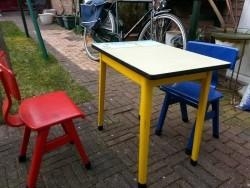Tafel met 2 stoeltjes