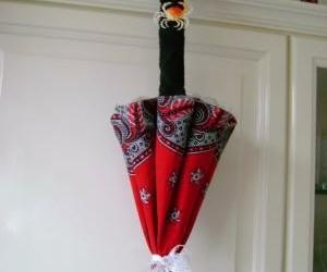 parapluke gemaakt van rooie zadoek en handoek