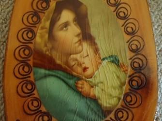 Te koop religieuze afbeelding op hout (hoogte: ruim 26 cm).