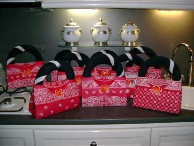 handtaske gemaakt van een rooie zadoek en handoek