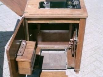 een antieke trapnaaimachine Pandjeshuis
